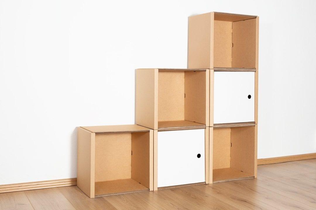 Stufenregal klein - 2 Türen / weiß von Room in a Box