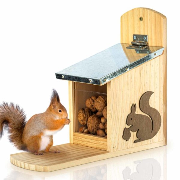 Futterstelle für Eichhörnchen mit Metalldach als Überwinterungshilfe von Skojig